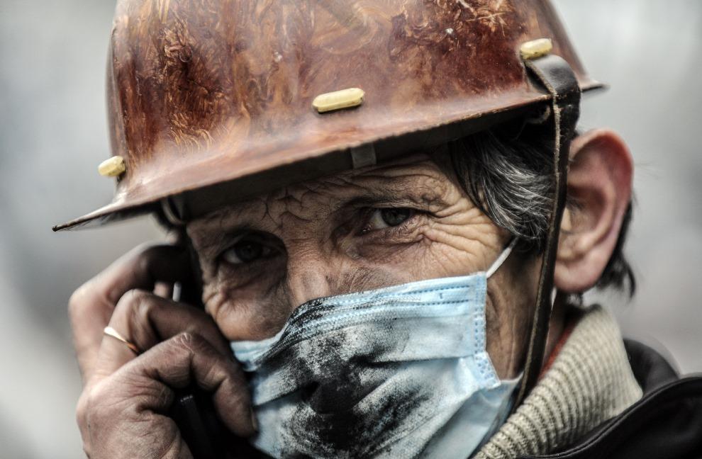 3. UKRAINA, Kijów, 20 lutego 2014: Jeden z mężczyzn walczących na Majdanie. AFP PHOTO/BULENT KILIC