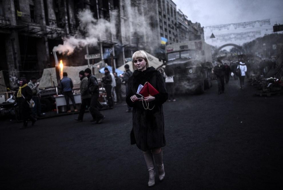 3.UKRAINA, Kijów, 27 lutego 2014: Kobieta na Placu Niepodległości. AFP PHOTO/BULENT KILIC
