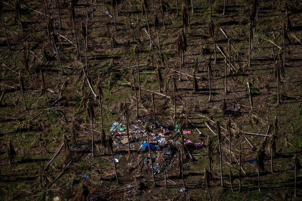 3.FILIPINY , Taclaban, 15 listopada 2013: Widok z lotu ptaka na zniszczoną przez tajfun wioskę. (Foto: Chris McGrath/Getty Images)