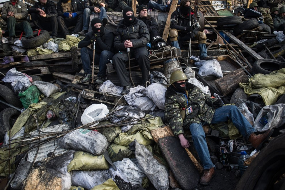 3.UKRAINA, Kijów, 21 lutego 2014: Protestujący na barykadzie w pobliżu Placu Niepodległości. EPA/ALEXEY FURMAN Dostawca: PAP/EPA.