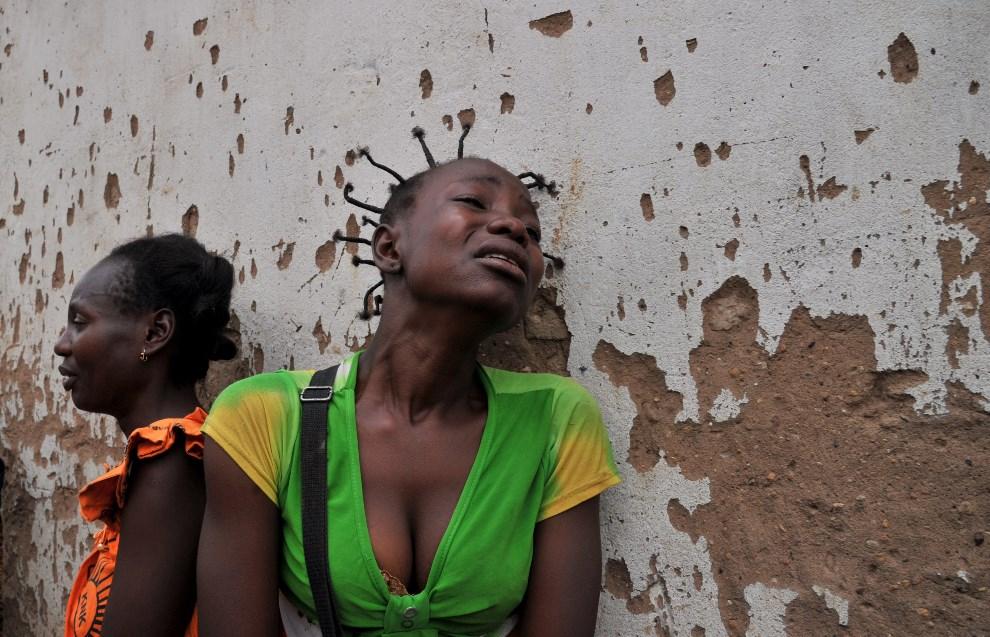 4.REPUBLIKA ŚRODKOWOAFRYKAŃSKA, Bangui, 9 lutego 2014: Kobiety opłakujące śmierć bliskich. AFP PHOTO/ ISSOUF SANOGO