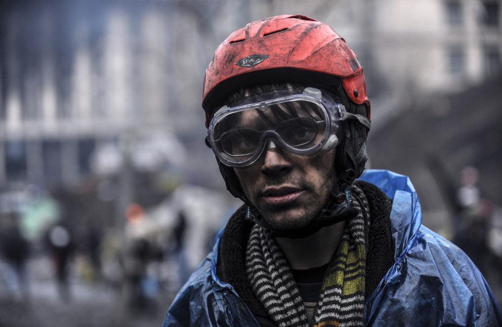 4. UKRAINA, Kijów, 20 lutego 2014: Mężczyzna przy barykadzie w centrum Kijowa. AFP PHOTO/BULENT KILIC