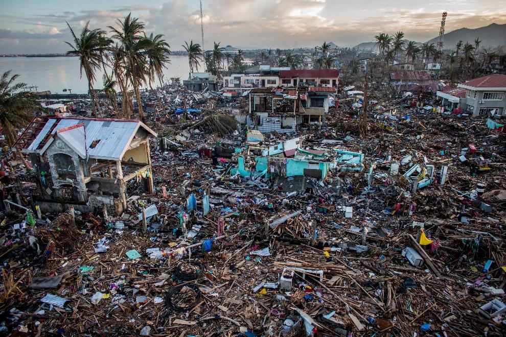 4.FILIPINY, Taclaban, 17 listopada 2013: Strefa przybrzeżna po przejściu tajfunu Haiyan. (Foto: Chris McGrath/Getty Images)