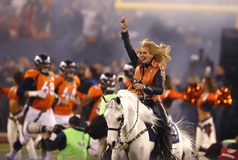 4.USA, East Rutherford, 2 lutego 2014: Koń Thunder, maskotka zespołu  Denver Broncos, wjeżdża na murawę. EPA/ERIK S. LESSER Dostawca: PAP/EPA.