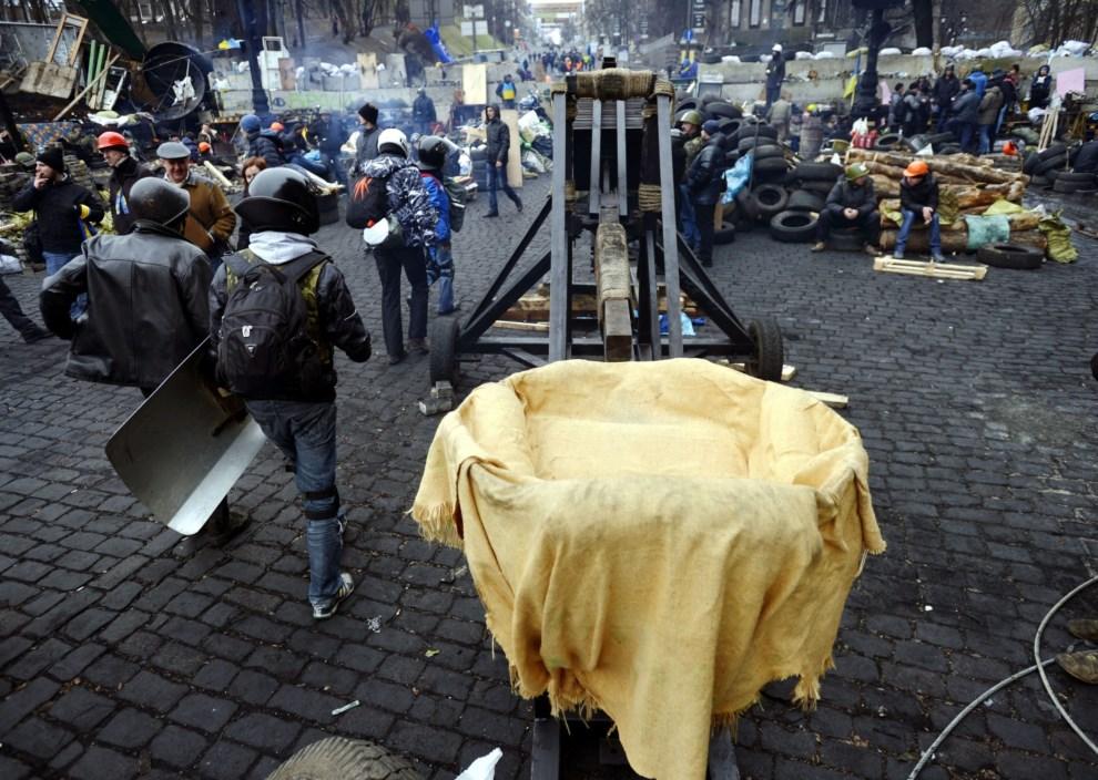 4.UKRAINA, Kijów, 22 lutego 2014: Katapulta ustawiona na Placu Niepodległości. EPA/LASZLO BELICZAY HUNGARY OUT Dostawca: PAP/EPA.