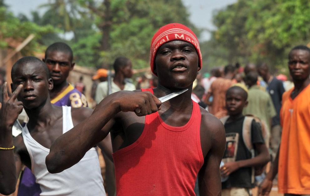5.REPUBLIKA ŚRODKOWOAFRYKAŃSKA, Bangui, 9 lutego 2014: Mężczyzna, który twierdzi, że szuka muzułmanów, aby odciąć im głowy. AFP PHOTO/ ISSOUF SANOGO