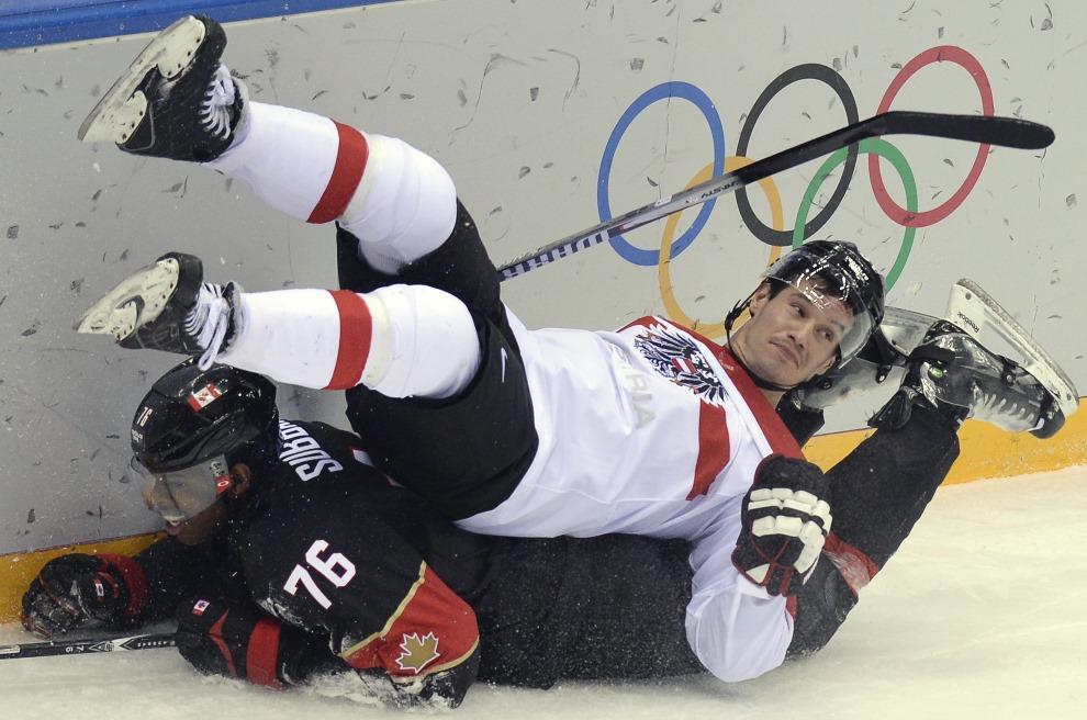 5. ROSJA, Soczi, 14 lutego 2014: Oliver Setzinger  (Austria) podcięty przez zawodnika z Kanady. AFP PHOTO / ALEXANDER NEMENOV