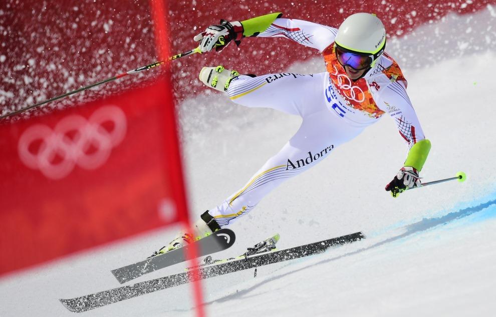 5.ROSJA, Krasna Polana, 19 lutego 2014: Joan Verdu Sanchez traci kontrolę nad nartami na trasie Super G. AFP PHOTO / FABRICE COFFRINI
