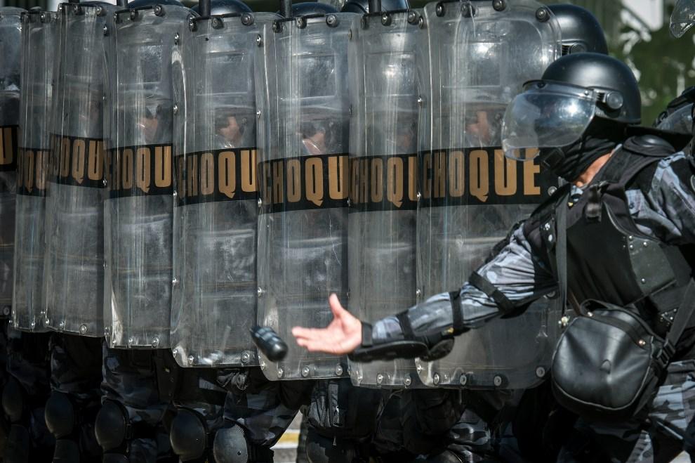 5.BRAZYLIA, Rio de Janeiro, 26 lutego 2014: Ćwiczenia oddziału tłumiącego zamieszki w mieście. AFP PHOTO / YASUYOSHI CHIBA