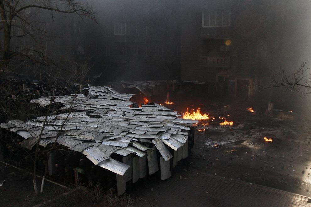 5.UKRAINA, Kijów, 18 lutego 2014: Oddział milicji nacierający na pozycje protestujących. AFP PHOTO/ ANATOLII BOIKO