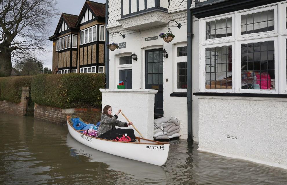 5.WIELKA BRYTANIA, Datchet, 10 lutego 2014: Beatrix Thurner wywozi łodzią swój dobytek z zalanego domu. (Foto: Peter Macdiarmid/Getty Images)