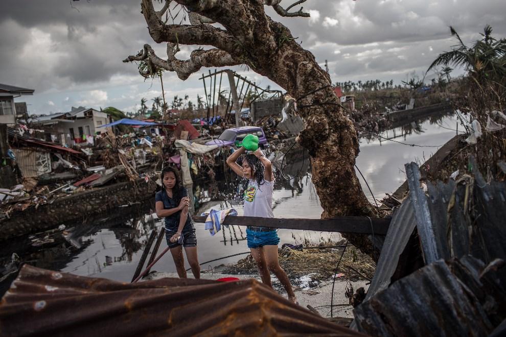 5.FILIPINY, Leyte, 14 listopada 2013: Kobiety kąpiące się pośród zniszczeń wyrządzonych przez tajfun. (Foto: Chris McGrath/Getty Images)