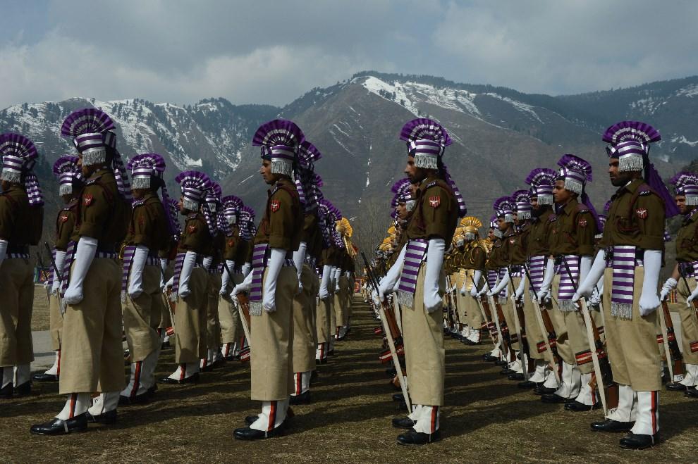 6.INDIE, Srinagar, 24 lutego 2014: Policjanci z jednostki JKAP (Jammu and Kashmir Armed Police) podczas parady. AFP PHOTO/Tauseef MUSTAFA
