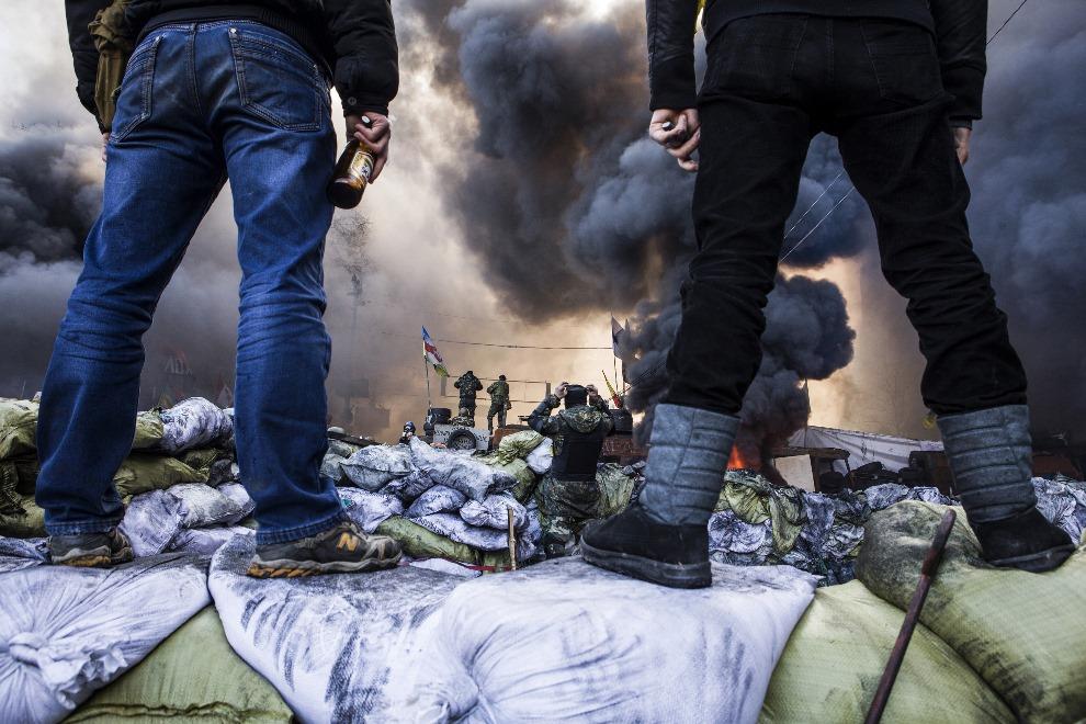 6.UKRAINA, Kijów, 18 lutego 2014: Jedna z barykad w centrum Kijowa. AFP PHOTO / SANDRO MADDALENA