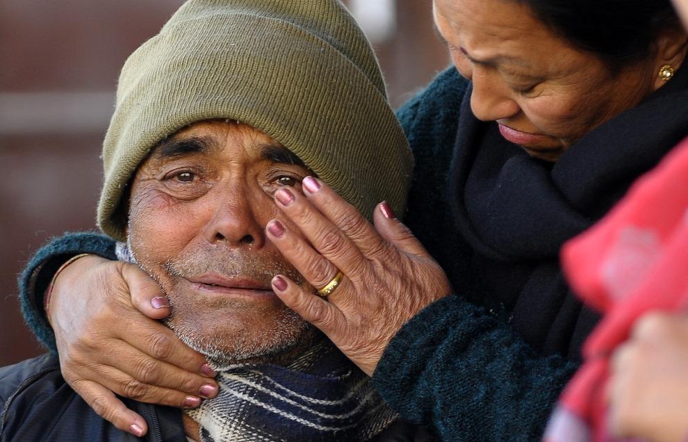 6. NEPAL, Katmandu, 17 lutego 2014: Mężczyzna opłakujący śmierć bliskiego w wypadku lotniczym. AFP PHOTO/Prakash MATHEMA