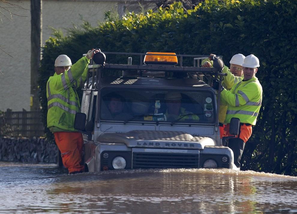 7.WIELKA BRYTANIA, Moorland, 7 lutego 2014: Pracownicy ministerstwa środowiska podczas inspekcji na zalanych terenach. AFP PHOTO / JUSTIN TALLIS
