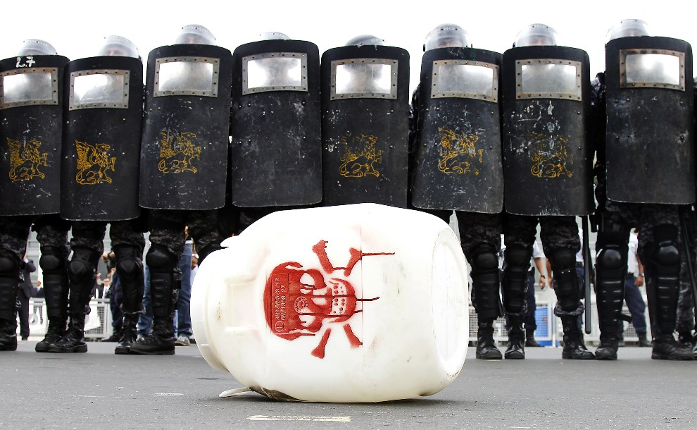7.BRAZYLIA, Brasília, 12 lutego 2014: Pojemnik z pestycydami rzucony w kierunku policjantów podczas protestów rolników. AFP PHOTO/Beto BARATA