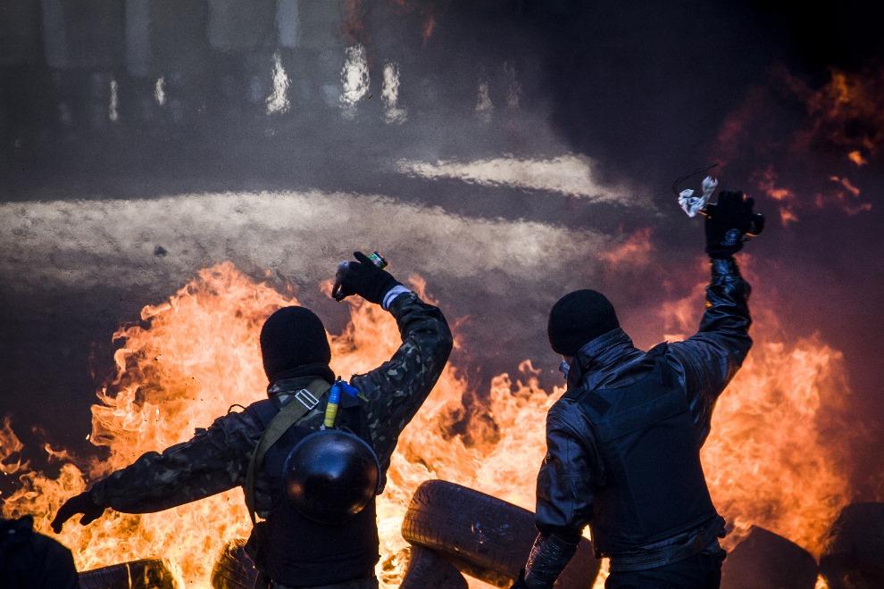 7.UKRAINA, Kijów, 18 lutego 2014: Demonstranci rzucający butelkami z koktajlem Mołotowa.  AFP PHOTO / SANDRO MADDALENA