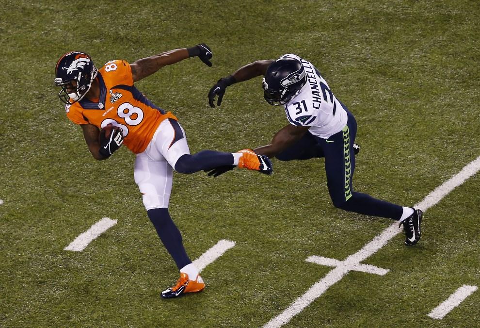 7.USA, East Rutherford, 2 lutego 2014: Demaryius Thomas z Denver Broncos powstrzymywany przez zawodnika drużyny przeciwnej. (Foto: Jeff Zelevansky/Getty Images)