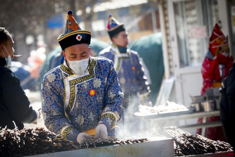 7.CHINY, Pekin, 3 lutego 2014: Uliczni kucharze przygotowują szaszłyki jagnięce. EPA/DIEGO AZUBEL Dostawca: PAP/EPA.
