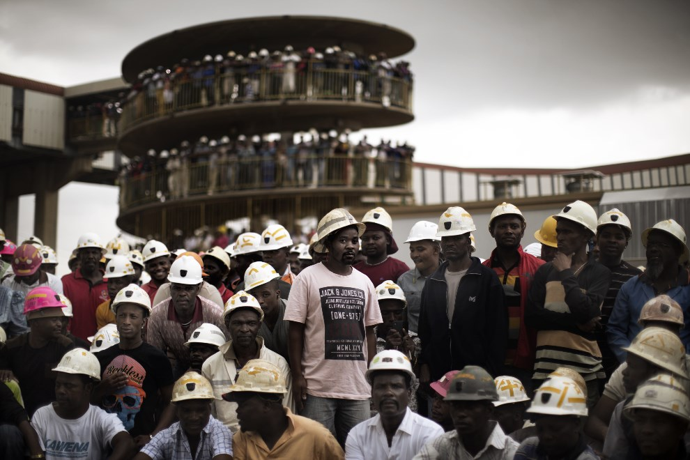 8. RPA, Doornkop, 6 lutego 2014: Górnicy z kopalni złota żegnają swoich kolegów, którzy zginęli w wypadku pod ziemią. AFP PHOTO / MARCO LONGARI