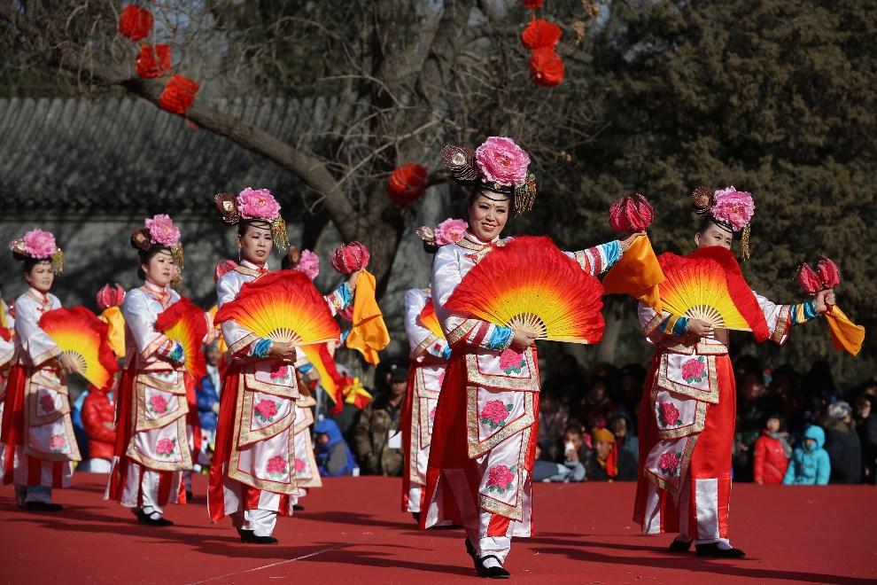 8.CHINY, Pekin, 3 lutego 2014: Występ zespołu ludowego w parku Longtanhu. (Foto:  Feng Li/Getty Images)