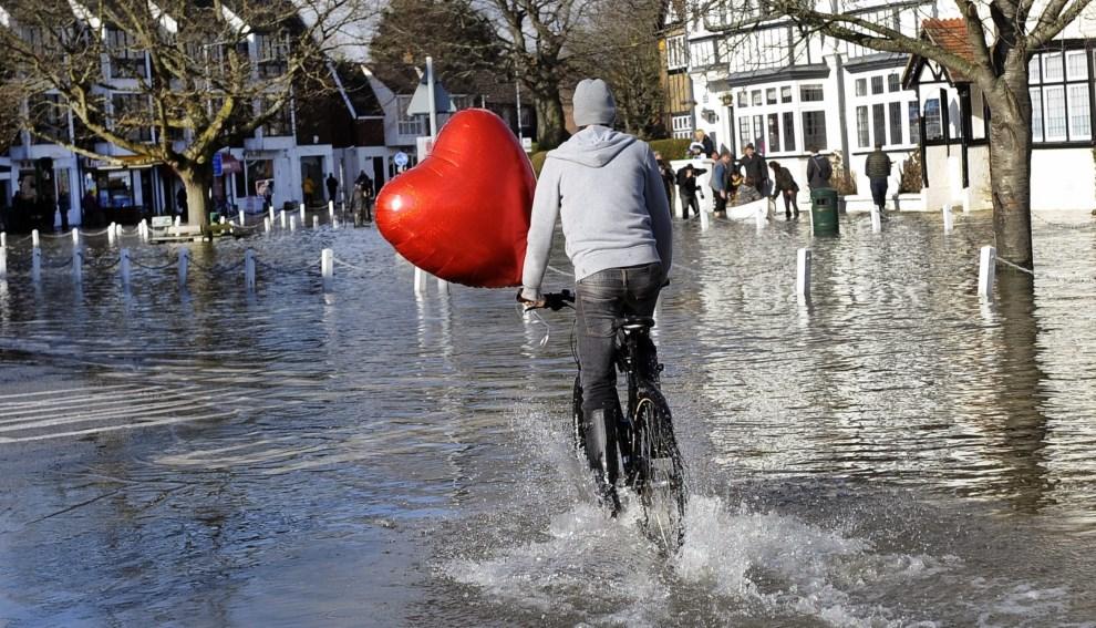 8.WIELKA BRYTANIA, Datchet, 10 lutego 2014: Rowerzysta na zalanej ulicy. EPA/ANDY RAIN Dostawca: PAP/EPA.