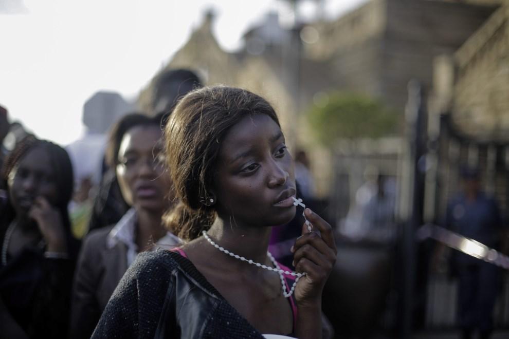 8.RPA, Pretoria, 13 grudnia 2013: Rozczarowana kobieta, której nie udało się pożegnać Nelsona Mandeli ostatniego dnia wystawienia trumny z jego ciałem.   EPA/MARKUS SCHREIBER / AP