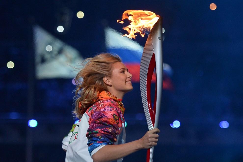 9.ROSJA, Soczi, 7 lutego 2014: Marija Szarapowa biegnie z ogniem olimpijskim. AFP PHOTO / ALBERTO PIZZOLI