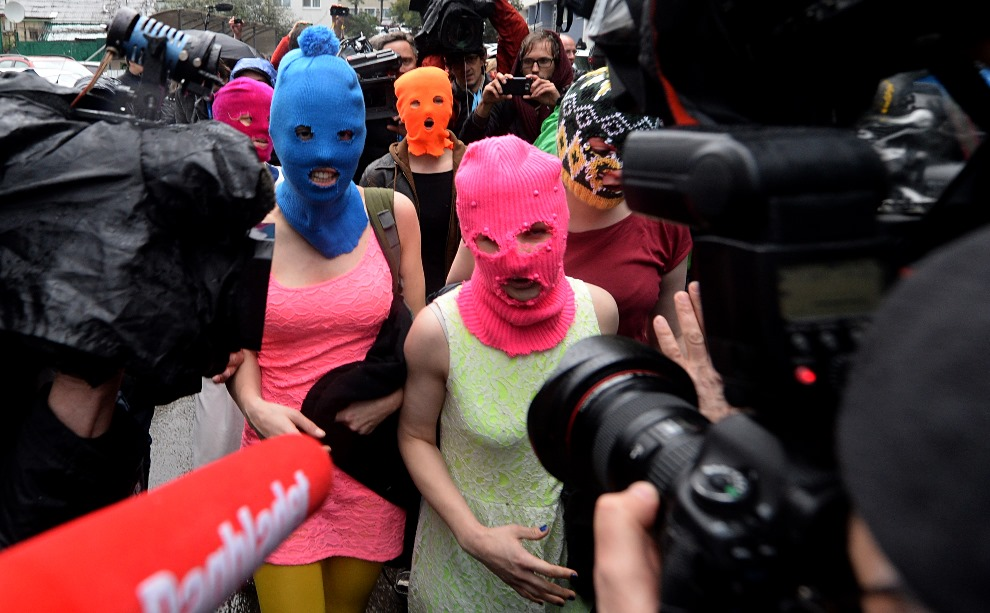9. ROSJA, Sochi, 18 lutego 2014: Członkinie grupy Pussy Riot rozmawiają z dziennikarzami. AFP PHOTO / ANDREJ ISAKOVIC