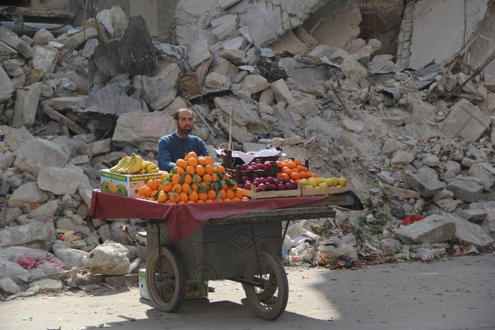 9.SYRIA, Aleppo, 24 lutego 2014: Uliczny sprzedawca owoców. AFP PHOTO / MOHAMMED AL-KHATIEB