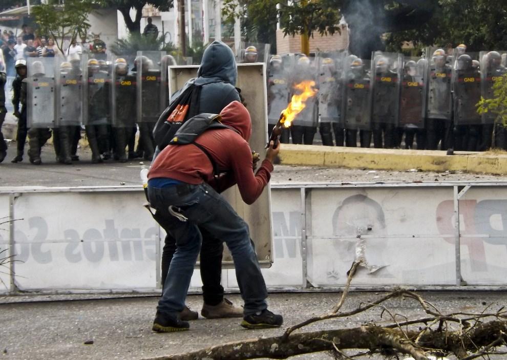 10.WENEZUELA, San Cristobal, 21 lutego 2014: Protestujący z koktajlami Mołotowa. AFP PHOTO/ORLANDO PARADA