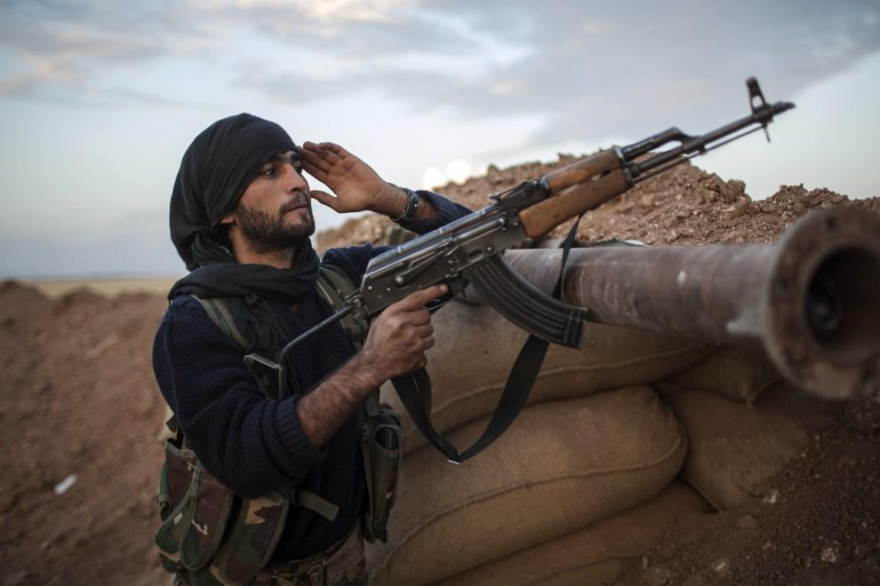 10.SYRIA, Derik, 19 października 2013: Kurdyjski bojownik w okopach na przedmieściach miasta Derik. AFP PHOTO FABIO BUCCIARELLI
