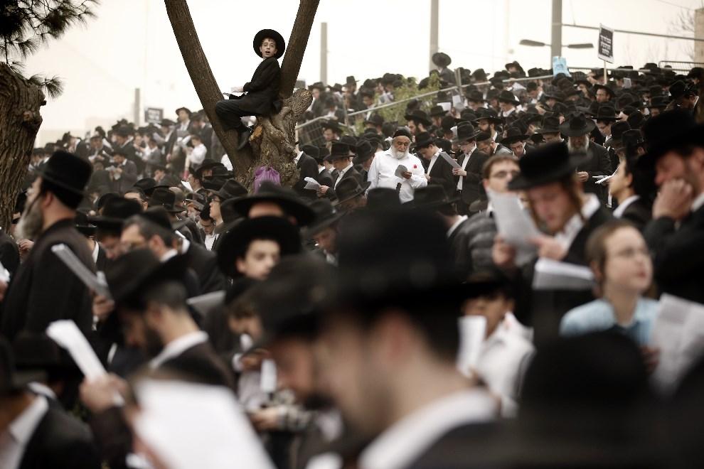 10.IZRAEL, Jerozolima, 2 marca 2014: Ultra-ortodoksyjni żydzi protestują przeciw obowiązkowej służbie wojskowej. AFP PHOTO/THOMAS COEX