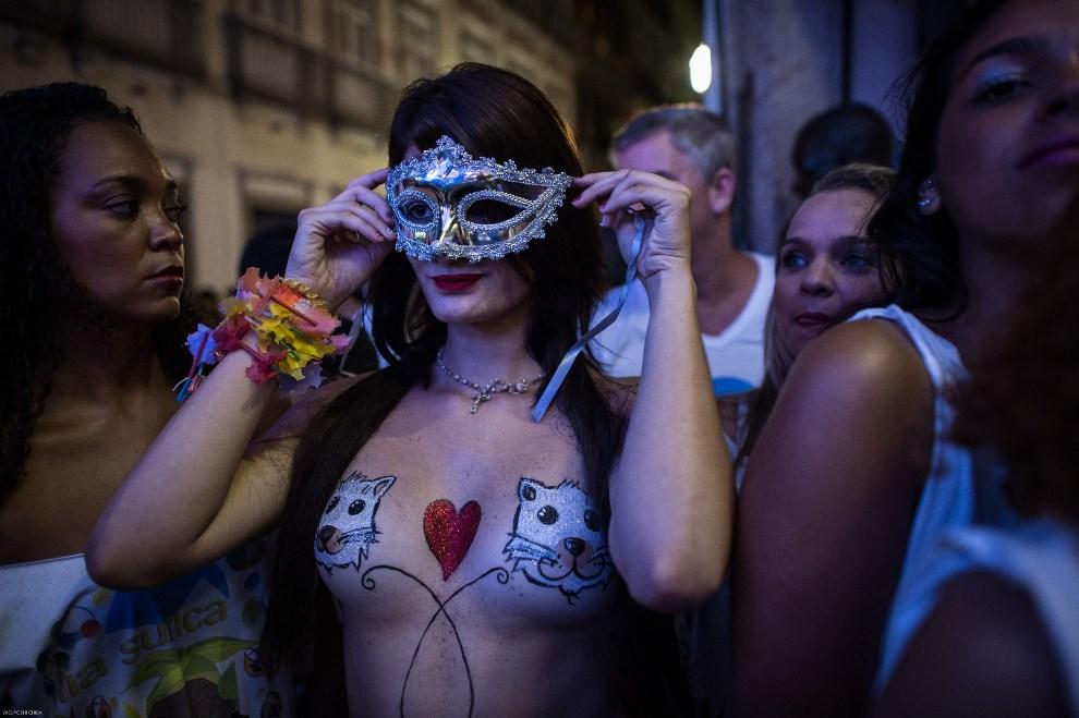 """10.BRAZYLIA, Rio de Janeiro, 27 lutego 2014: Uczestnicy zabawy """"Banda da Rua do Mercado"""". AFP PHOTO / YASUYOSHI CHIBA"""