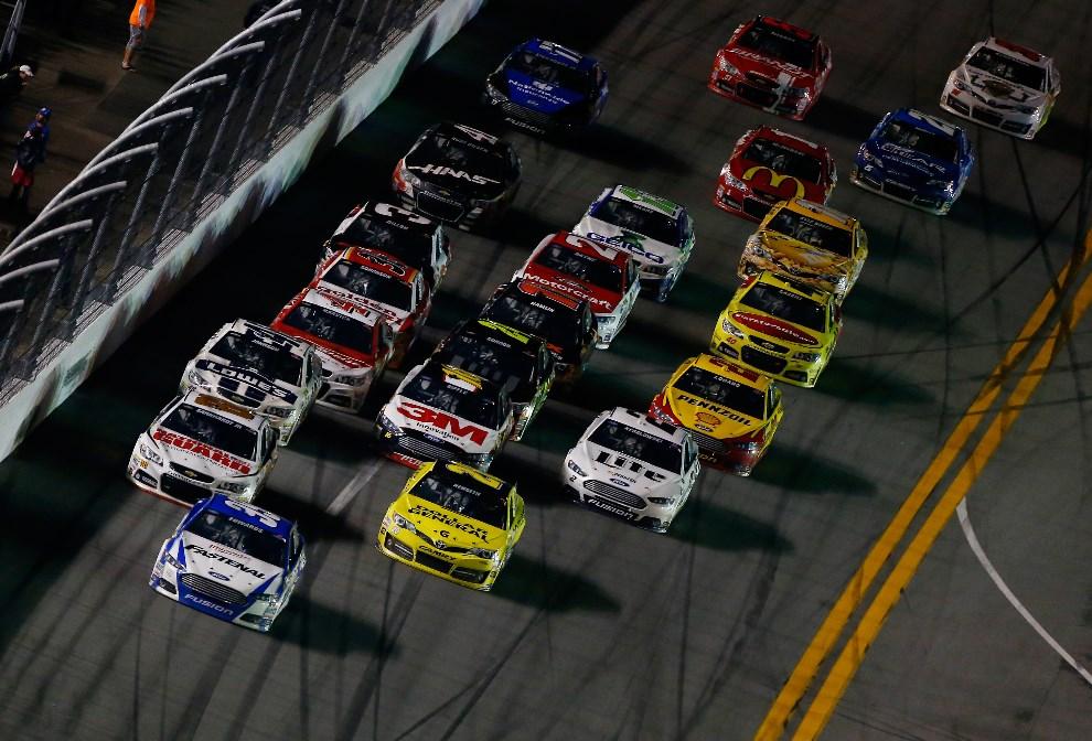10.USA, Daytona Beach, 23 lutego 2014: Carl Edwards za kierownicą Forda, przewodzi stawce. (Foto: Brian Lawdermilk/Getty Images)
