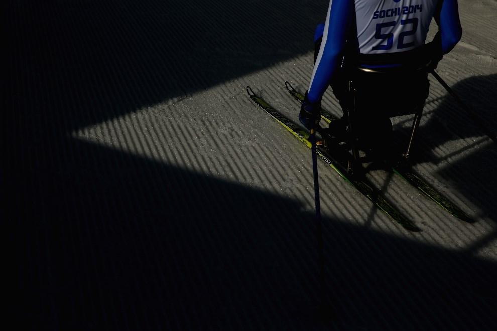 10.ROSJA, Soczi, 8 marca 2014: Kanadyjczyk Mark Arendz przygotowuje się do biegu na dystansie 7,5 km. (Foto: Mark Kolbe/Getty Images)