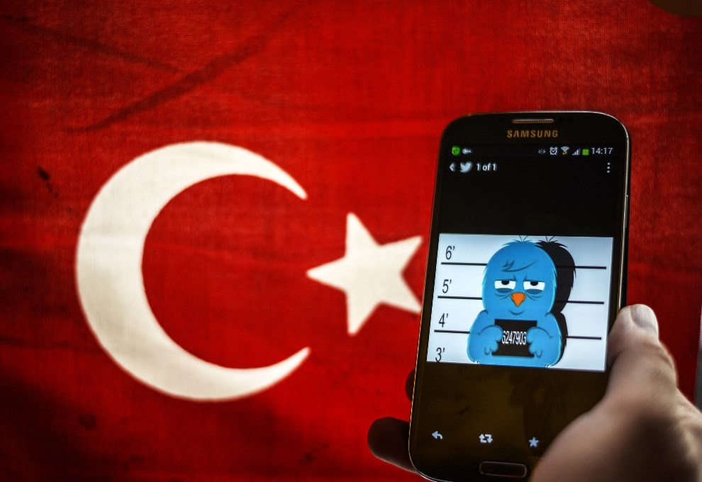 10.TURCJA, Stambuł, 26 marca 2014: Aresztowanego logo Twittera na tle flagi Turcji. AFP PHOTO / OZAN KOSE