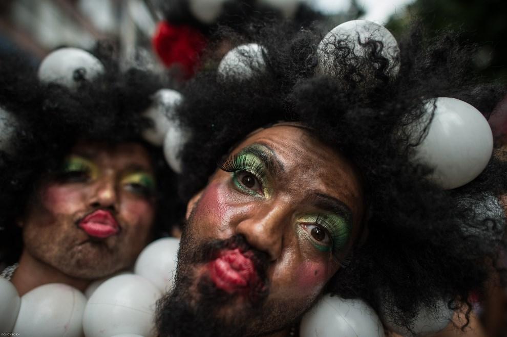 """11.BRAZYLIA, Rio de Janeiro, 1 marca 2014: Uczestnicy zabawy """"Cordao da Bola Preta"""". AFP PHOTO/YASUYOSHI CHIBA"""