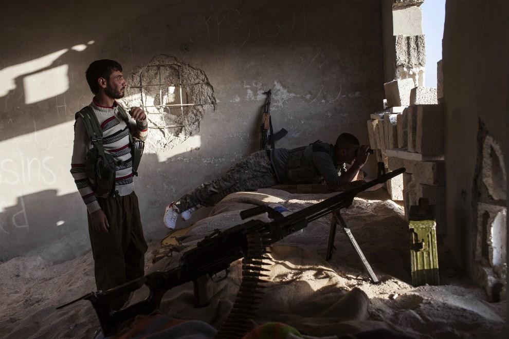 11.SYRIA, Ras al-Ain, 16 października 2013: Kurdyjscy bojownicy Powszechnych Jednostek Obrony walczący po stronie rebeliantów. AFP PHOTO FABIO BUCCIARELLI