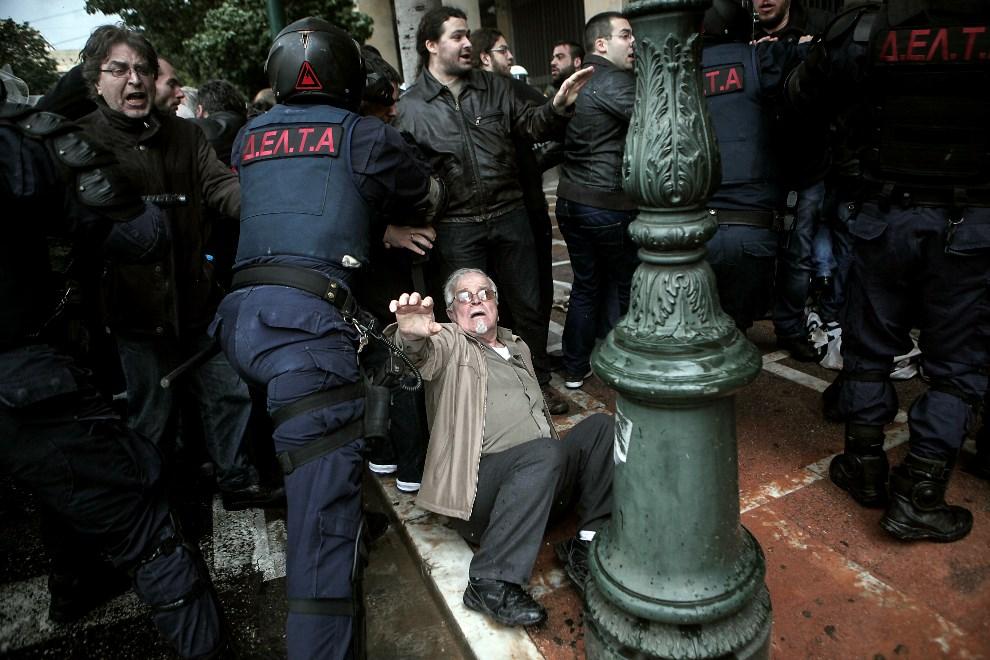 11.GRECJA, Ateny, 6 marca 2014: Starcia socjalistów z policją w centrum Aten. AFP PHOTO / ANGELOS TZORTZINIS