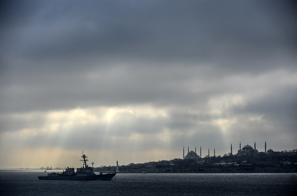 """11.TURCJA, Bosfor, 7 marca 2014: Niszczyciel """"USS Truxtun"""" przepływający przez Bosfor. AFP PHOTO/BULENT KILIC"""