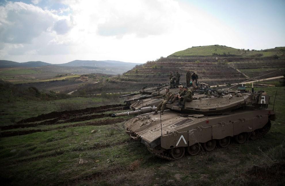 11.WZGÓRZA GOLAN, 19 marca 2014: Izraelska Merkava zabezpieczająca granicę od strony Syrii. AFP PHOTO/MENAHEM KAHANA