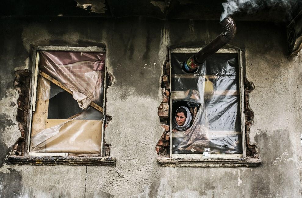 12.TURCJA, Stambuł, 4 marca 2014: Syryjka mieszkająca w obozie dla uchodźców. AFP PHOTO / GURCAN OZTURK