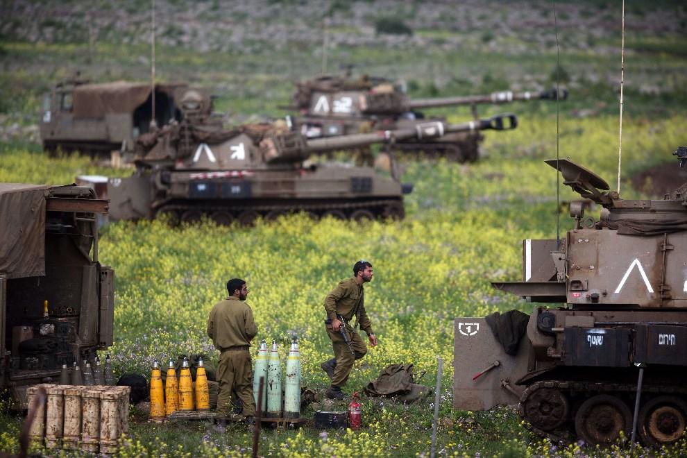 12.WZGÓRZA GOLAN, 19 marca 2014: Izraelski oddział zabezpieczający granicę z Syrią. AFP PHOTO/MENAHEM KAHANA