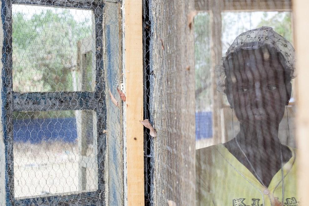 13.SUDAN POŁUDNIOWY, Malakal, 4 marca 2014: Kobieta chroniąca się w budynku kontrolowanym przez siły antyrządowe. AFP PHOTO / ANDREI PUNGOVSCHI
