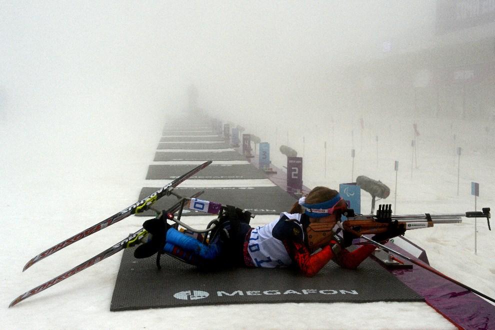 13.ROSJA, Soczi, 11 marca 2014: Rosjanka Svetlana Konovalova na strzelnicy biatlonu. AFP PHOTO KIRILL KUDRYAVTSEV