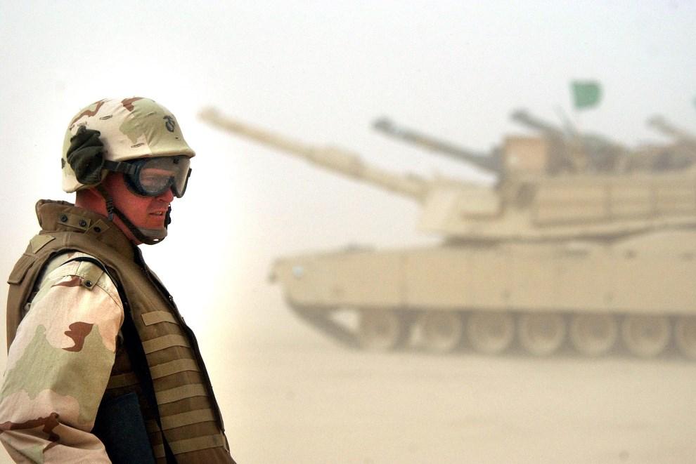 13.KUWEJT,  3 lutego 2003: Kapral Brent Walker obserwuje grupę czołgów podczas manewrów. (Foto: Scott Nelson/Getty Images)