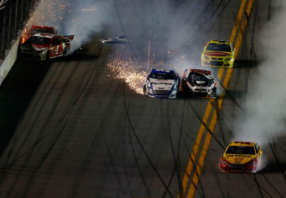 13.USA, Daytona Beach, 23 lutego 2014: Stłuczka podczas trwającego wyścigu. (Foto: Brian Lawdermilk/Getty Images)