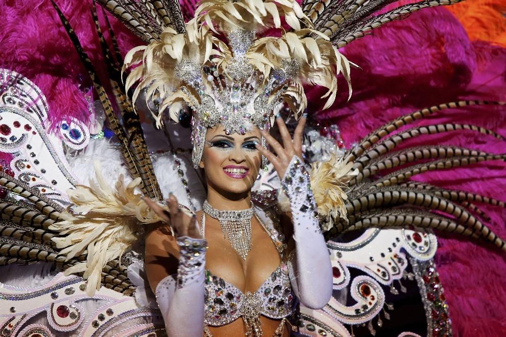 13.HISZPANIA, Teneryfa, 26 lutego 2014: Pretendentka do tytułu królowej karnawału, Noemi Hormiga. (Foto: Pablo Blazquez Dominguez/Getty Images)